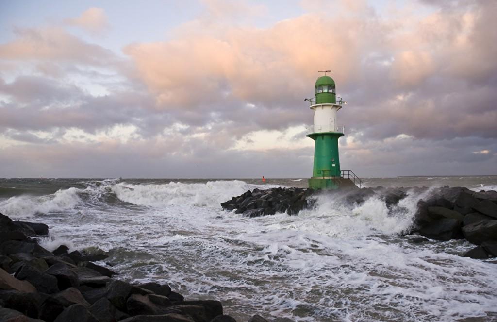 海の波を観測するときにおすすめの双眼鏡・単眼鏡